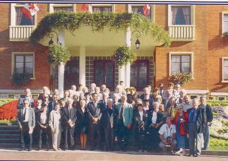 Un groupe de Blanchet et Blanchette en avant de l'Hôtel de ville de Rosières, lors d'un voyage de retour aux sources en 1999.